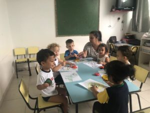 Crianças são orientas para fazer sozinha a atividade - CELS